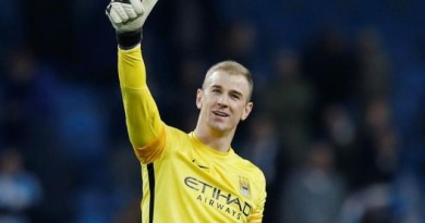 Football Soccer - Manchester City v Dynamo Kiev - UEFA Champions League Round of 16 Second Leg - Etihad Stadium, Manchester, England - 15/3/16 Manchester City's Joe Hart acknowledges the fans after the game Reuters / Phil Noble