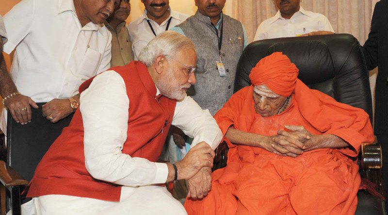 The Prime Minister, Shri Narendra Modi meeting Sri Shivakumar Swamy ji, during his visit at the Siddaganga Mutt, at Tumkur, in Maharashtra on September 24, 2014.