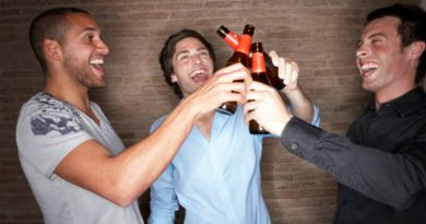 friends-drinking-together