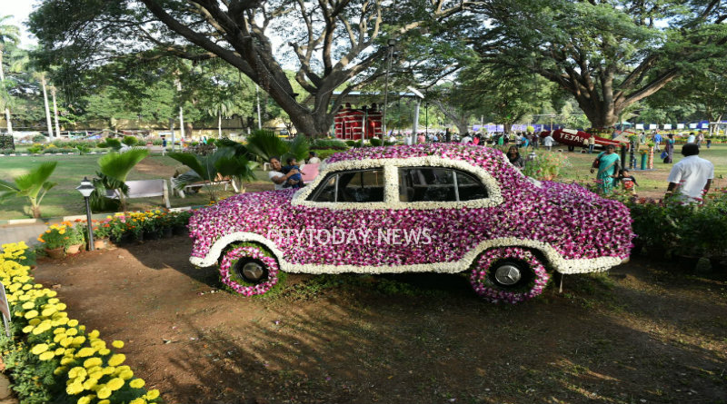 Gate Way Of India Welcomes Visitors At Flower Show
