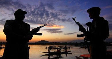 The Paramilitary Forces of India (PMF), Central Reserve Police Force , CRPF Jawans , keep a vigil with gun at Dal Lake in Srinagar, Jammu and Kashmir on 25/07/2010. Photo by Shailendra Pandey/Tehelka