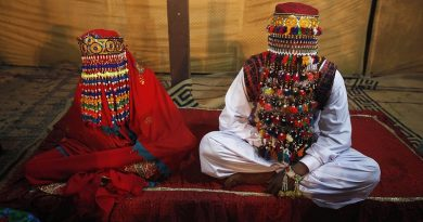 A bride and groom sit together during a mass marriage ceremony held in Karachi January 2, 2015. A total of 50 couples from the Hindu community across Pakistan took their wedding vows during the mass wedding ceremony organized by the Pakistan Hindu Council. REUTERS/Athar Hussain (PAKISTAN - Tags: SOCIETY)