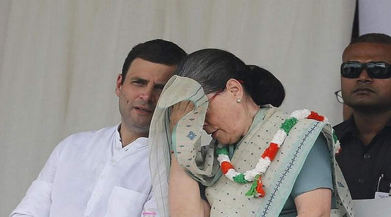 India's Congress party president Sonia Gandhi wipes her sweat as party's vice-president Rahul Gandhi (L) watches during a farmers rally at Ramlila ground in New Delhi, India, September 20, 2015. REUTERS/Adnan Abidi