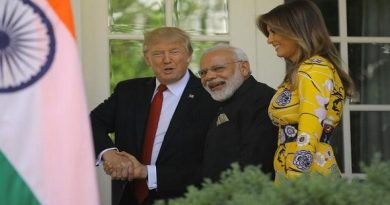 U.S. President Donald Trump (L) and first lady Melania Trump welcome Indian Prime Minister Narendra Modi to the White House in Washington, U.S., June 26, 2017. REUTERS/Carlos Barria